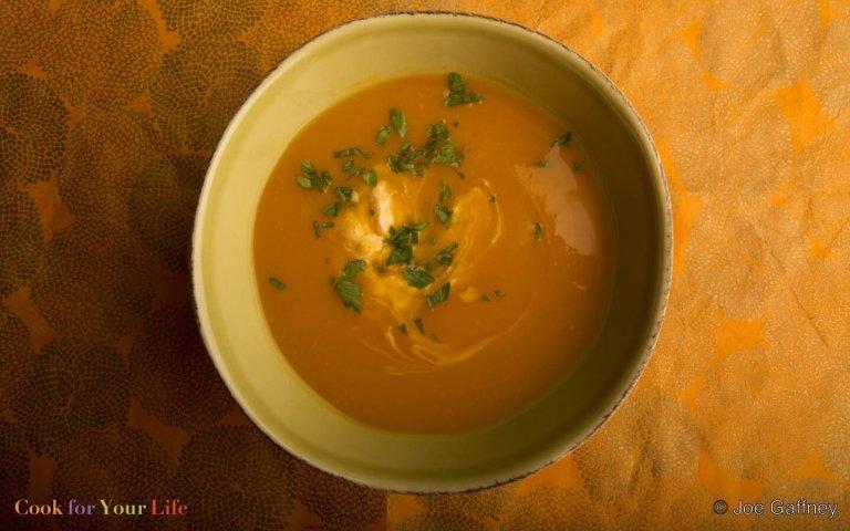 Sopa de Ajo Rostizado y Patatas Dulces Recipe Image