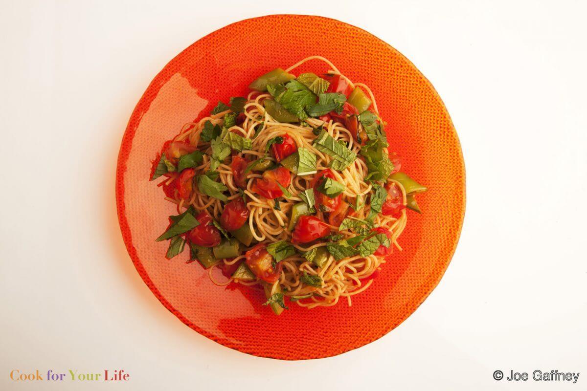 Espaguetis con hierbas de verano y guisantes Image