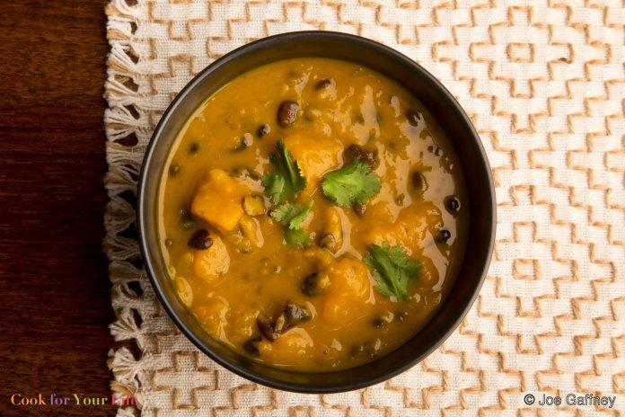 Sopa de Frijoles Negros y Calabaza de Invierno Recipe Image